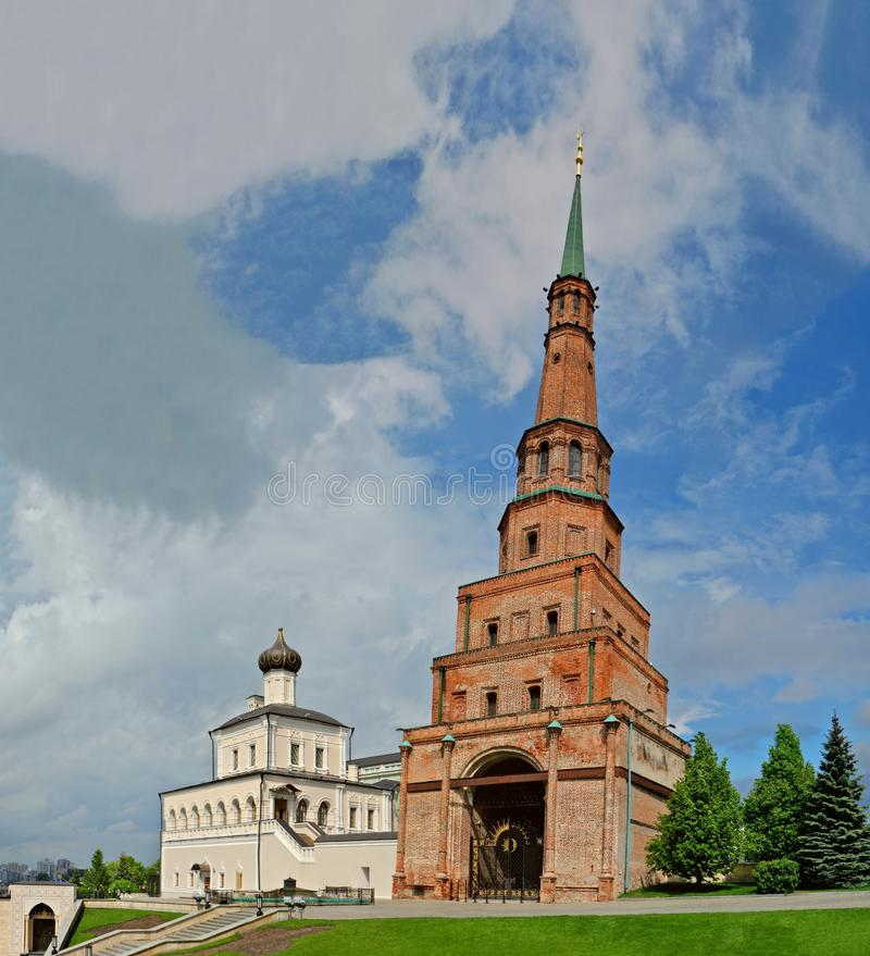 Kazan Tatarstan, Ryssland - Maj 27, 2019: Sikt av det lutande Söyembikä tornet royaltyfri bild