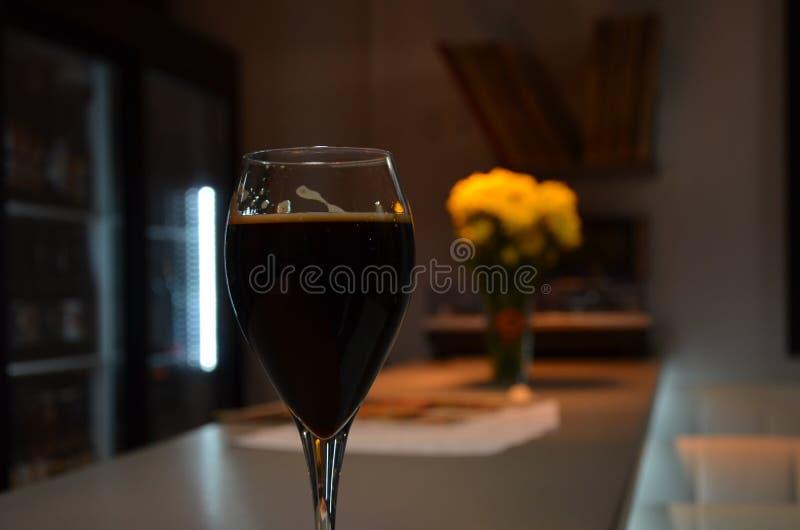 kazan Um vidro da cerveja escura fotografia de stock