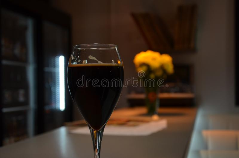 kazan Un vetro di birra scura fotografia stock