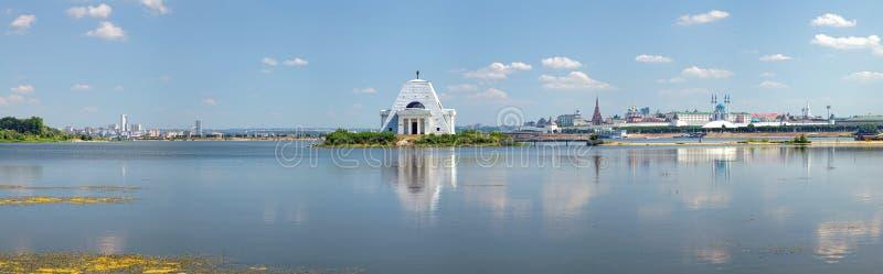 Kazankarivier met Herdenkingskerk en Kazan het Kremlin stock fotografie