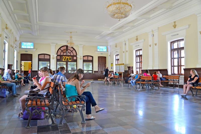 kazatin-украина-пассажиры-в-зале-ожидания-железнодорожного-вокзала-ое-183302200.jpg