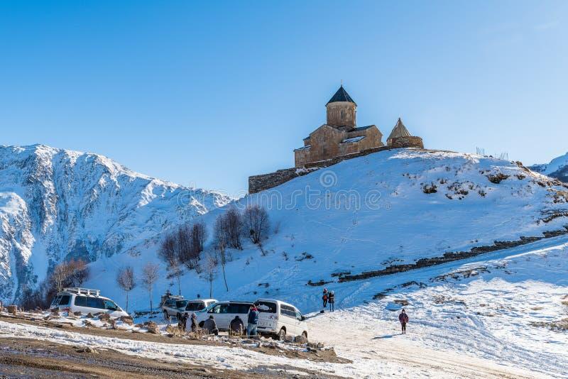 KAZBEGI, GRUZJA - DEC 13, 2017: Gergeti trójcy kościół i g zdjęcie royalty free