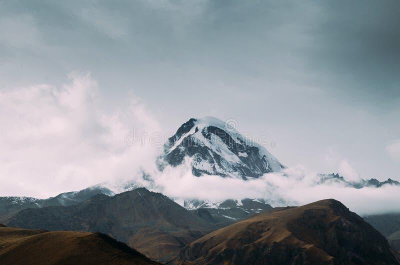 Kazbek berg i Georgia under hösten royaltyfri fotografi