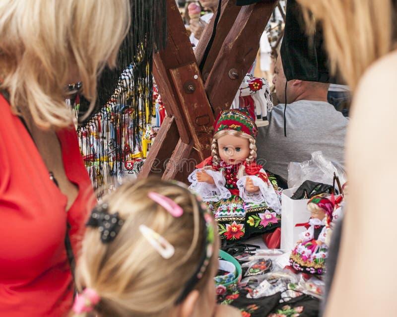 Kazimierz Dolny, Polônia - mercado de rua/bonecas e brinquedos imagens de stock royalty free