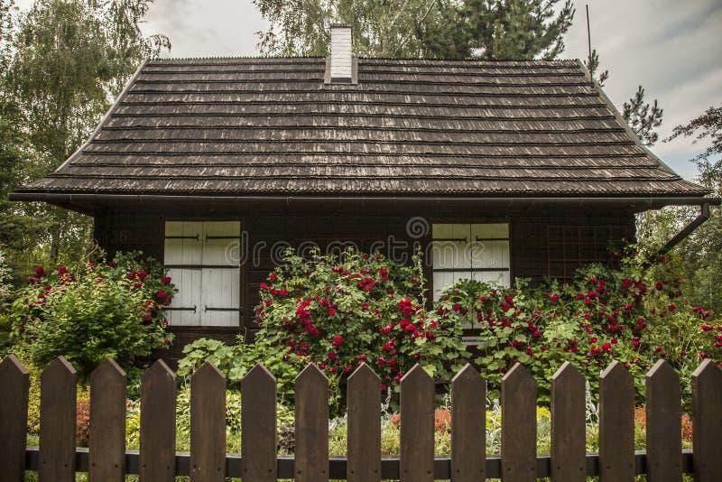 Kazimierz Dolny, Polen - ein altes Haus in einem Garten/in einem Zaun stockfotografie