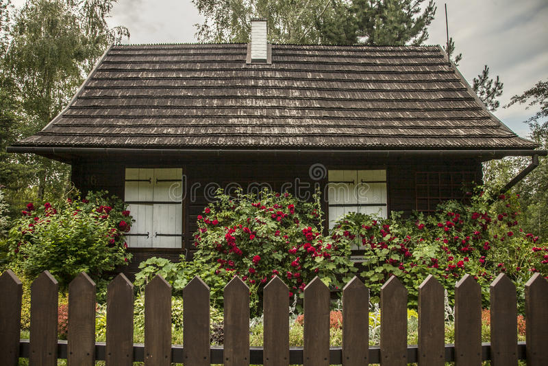 Kazimierz Dolny Polen - ett gammalt hus i ett trädgårds-/ett staket arkivbild