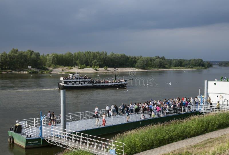Kazimierz Dolny, Polen - Vistula River och bankerna royaltyfri foto