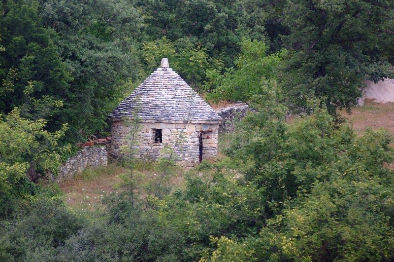 Kazun - pequeña casa de piedra imagenes de archivo
