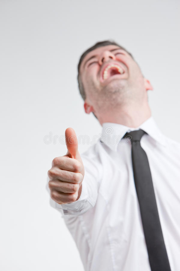Kciuk up dla szczęśliwego młodego człowieka obraz stock