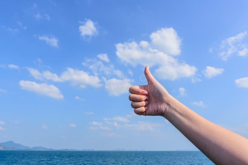 Kciuki z niebem i chmurą fotografia stock