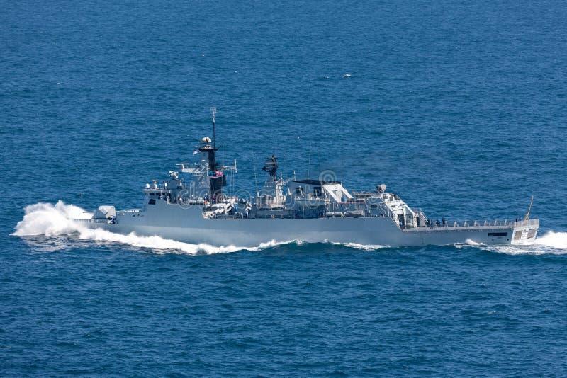 KD Jebat F 29 Lekiu班的导弹护卫舰服务在皇家马来西亚海军离去的悉尼港口 免版税库存照片