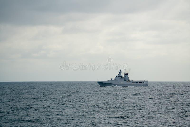 KDB Daruttaqwa OPV-09, embarcação de patrulha a pouca distância do mar real da marinha de Brunei Darussalam navega no mar imagens de stock