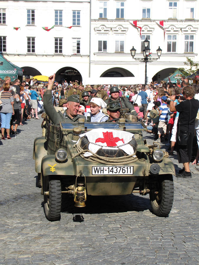 KDF 82 Kubelwagen (auch VW 82, Art 82) mit rotem Kreuz (ambulanc lizenzfreie stockfotos