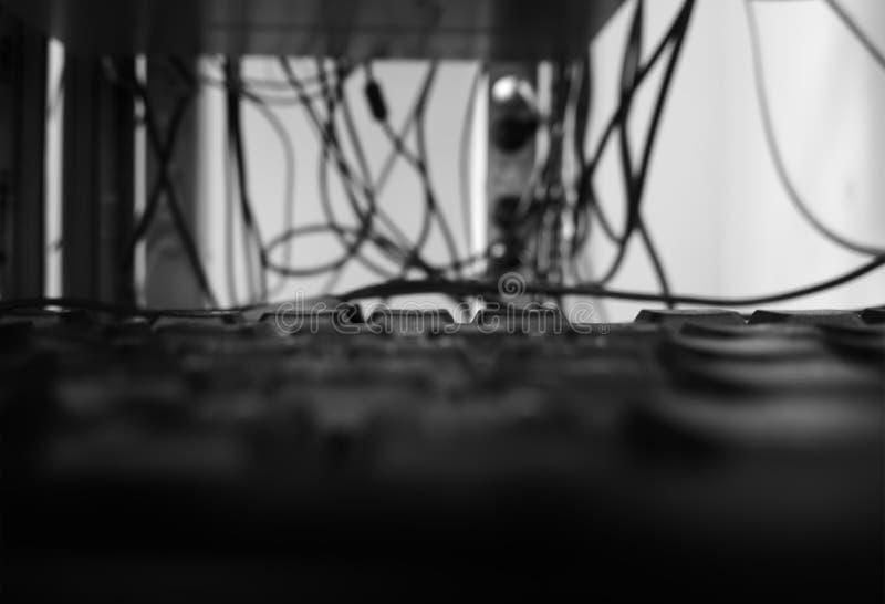 Keaboard blanco y negro del ordenador en fondo del bokeh del sitio del servidor imagen de archivo libre de regalías
