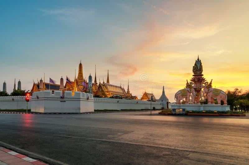 Keaw palacio y del phra magníficos de Wat en la puesta del sol en Bangkok, Tailandia foto de archivo