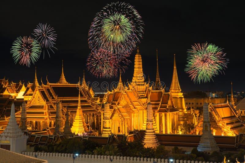 Keaw palais et de phra grands de Wat dans la nuit avec des feux d'artifice de nouvelle année images libres de droits