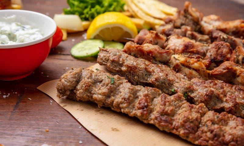 Kebab,传统土耳其语,在皮塔饼面包的希腊肉食物 免版税库存照片