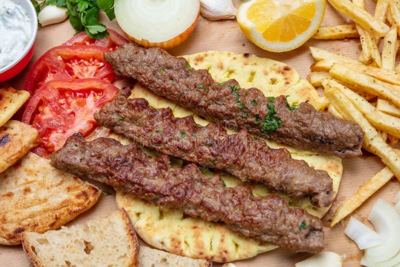 Kebab,传统土耳其语,在皮塔饼面包,顶视图的希腊肉食物 图库摄影