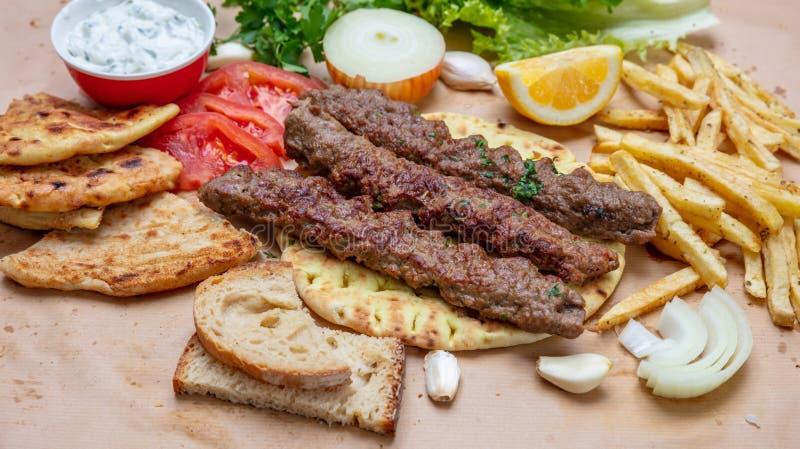 Kebab,传统土耳其语,在皮塔饼面包,顶视图的希腊肉食物 免版税库存图片