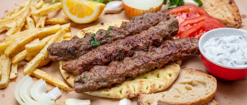 Kebab,传统土耳其语,在皮塔饼面包,顶视图的希腊肉食物 库存照片