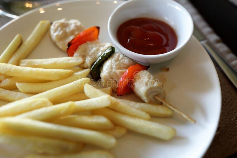 Kebab στο οβελίδιο με τις τηγανιτές πατάτες στοκ φωτογραφία