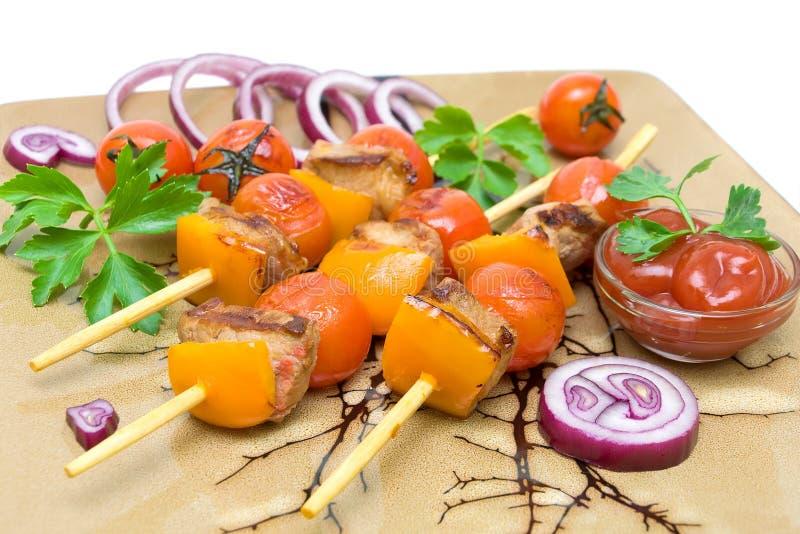 Kebab με τα λαχανικά και πράσινα σε μια κινηματογράφηση σε πρώτο πλάνο πιάτων στοκ φωτογραφίες