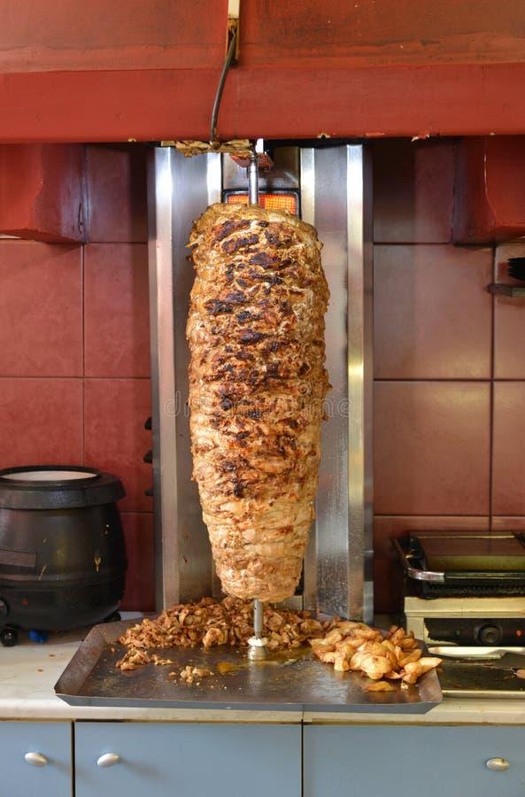 Kebab σε έναν περιστρεφόμενο οβελό στοκ φωτογραφία