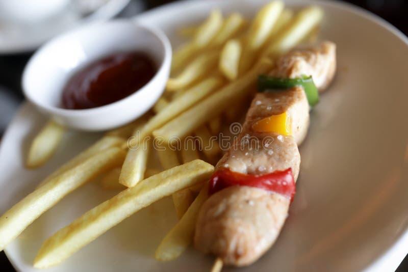 Kebab στο οβελίδιο με τις τηγανιτές πατάτες στοκ φωτογραφία με δικαίωμα ελεύθερης χρήσης