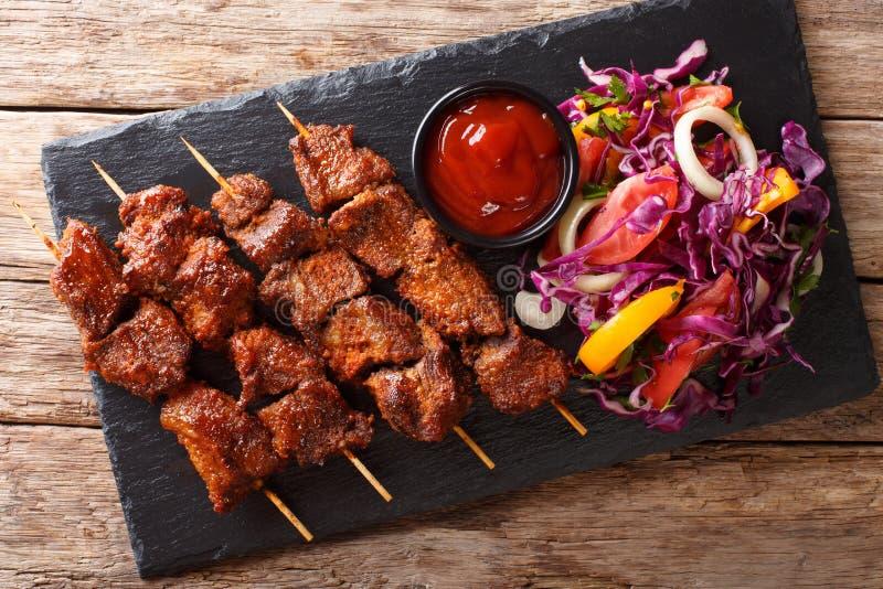 Kebab говядины жаркого Suya- африканское пряное skewered послужено с fre стоковая фотография