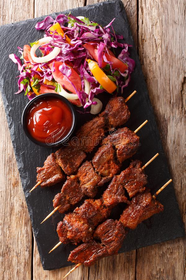 Kebab говядины жаркого Suya- африканское пряное skewered послужено с fre стоковые фото