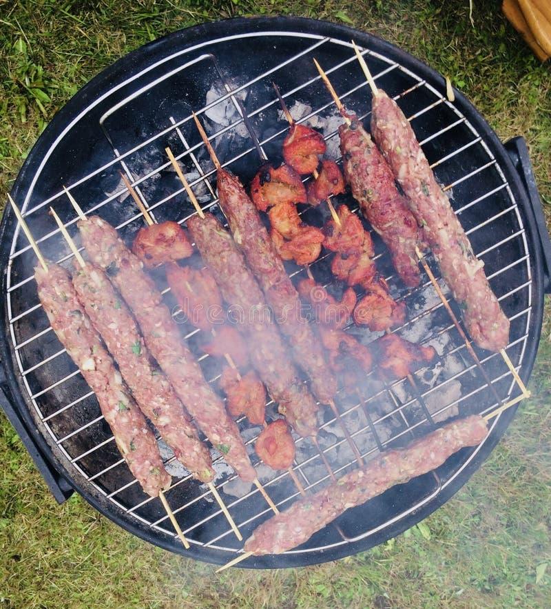 Kebab овечки и цыпленка барбекю лета стоковые фото