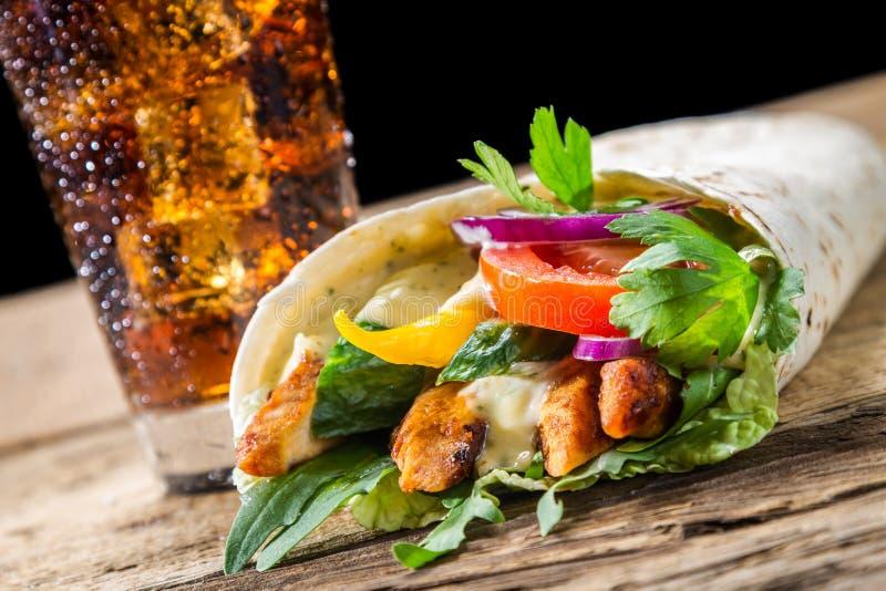 Kebab с свежими овощами и цыпленком на задней части черноты стоковая фотография rf