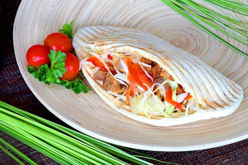 Kebab -与新鲜的成份的热的猪肉 免版税库存照片