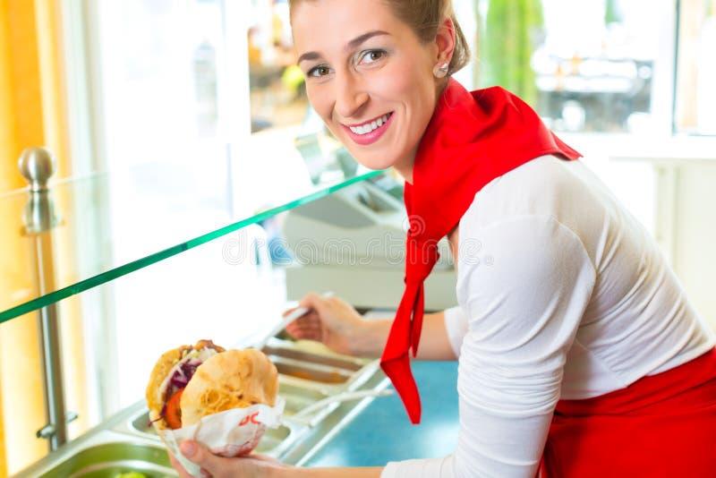 Kebab -与新鲜的成份的热的Doner 图库摄影