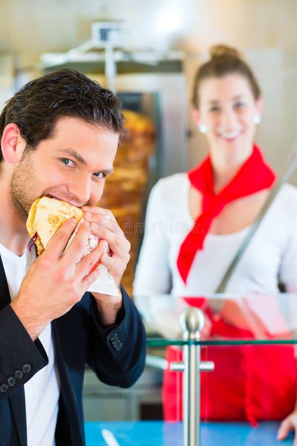 Kebab -顾客和热的Doner与新鲜的成份 库存照片