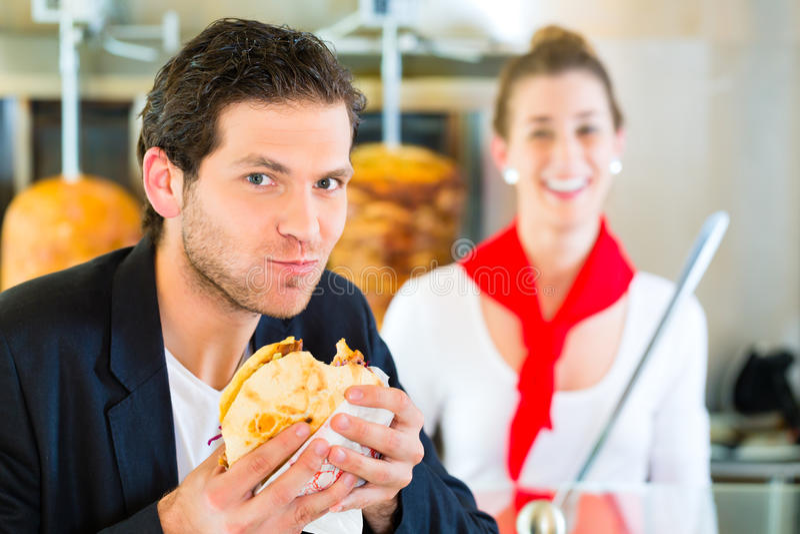 Kebab -顾客和热的Doner与新鲜的成份 图库摄影