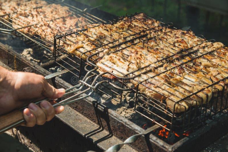 Kebab in aard wordt geroosterd die Geroosterd vlees op de grill Picknick Kook het vlees op de grill stock afbeeldingen