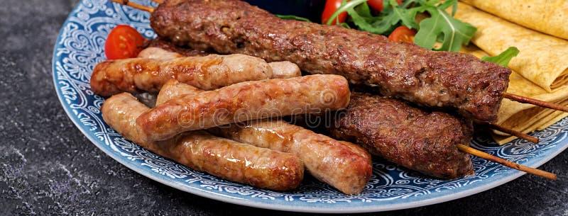 Kebab Adana, baranek i wołowina na lavash chlebie z pomidorowym kumberlandem, obrazy royalty free