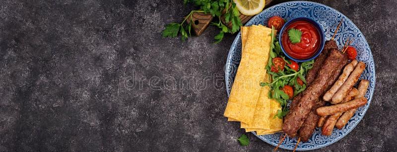 Kebab Adana, baranek i wo?owina na lavash chlebie z pomidorowym kumberlandem, fotografia stock