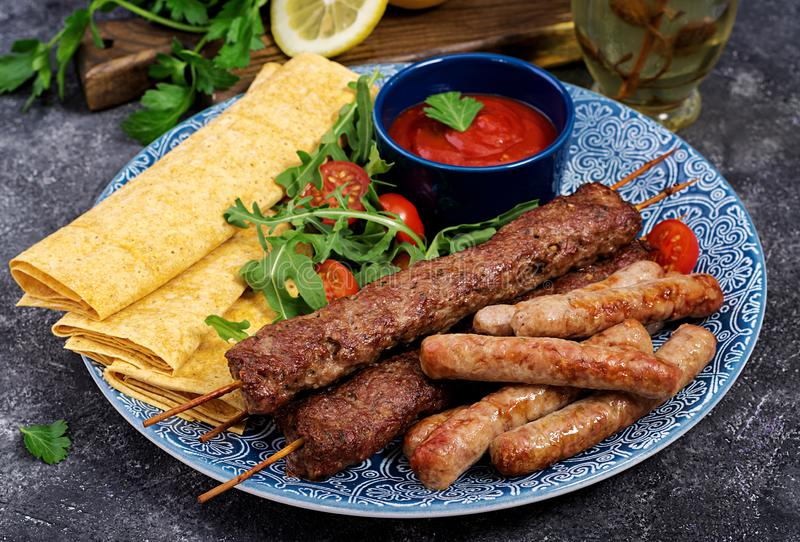 Kebab Adana, baranek i wo?owina na lavash chlebie z pomidorowym kumberlandem, zdjęcie royalty free