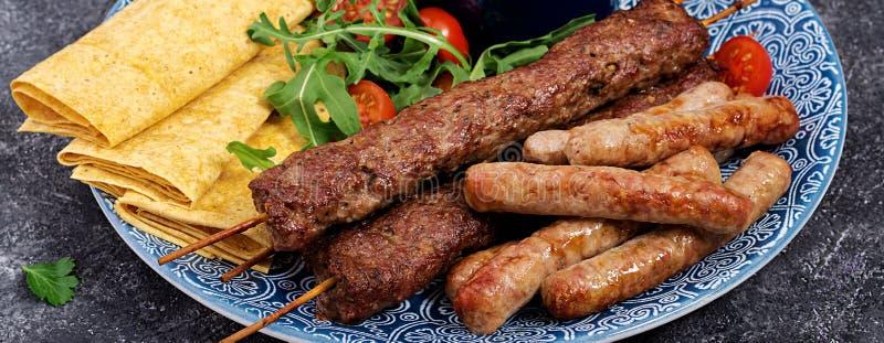 Kebab Adana, baranek i wo?owina na lavash chlebie z pomidorowym kumberlandem, obraz royalty free