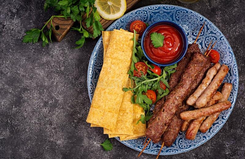 Kebab Adana, baranek i wo?owina na lavash chlebie z pomidorowym kumberlandem, zdjęcia royalty free
