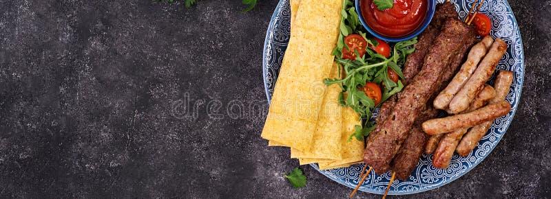 Kebab Adana, baranek i wo?owina na lavash chlebie z pomidorowym kumberlandem, obrazy royalty free