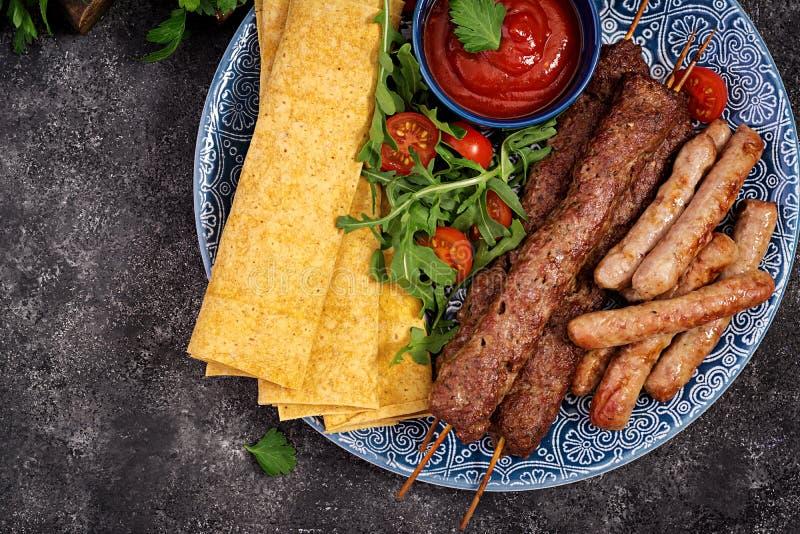 Kebab Adana, baranek i wo?owina na lavash chlebie z pomidorowym kumberlandem, fotografia royalty free