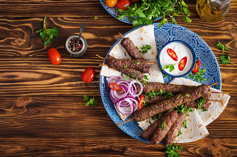 Kebab Adana, kurczak, baranek i wołowina na lavash chlebie z kumberlandem, zdjęcia stock