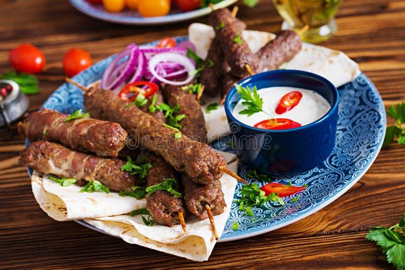Kebab Adana, kurczak, baranek i wołowina na lavash chlebie z kumberlandem, fotografia stock