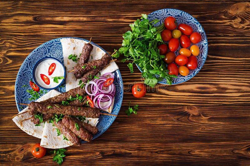 Kebab Adana, kurczak, baranek i wołowina na lavash chlebie z kumberlandem, obrazy stock