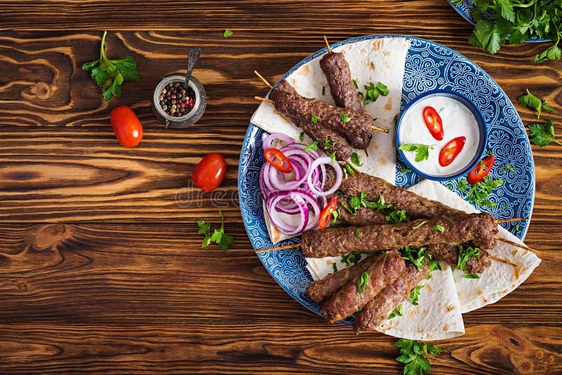 Kebab Adana, kurczak, baranek i wołowina na lavash chlebie z kumberlandem, zdjęcia royalty free