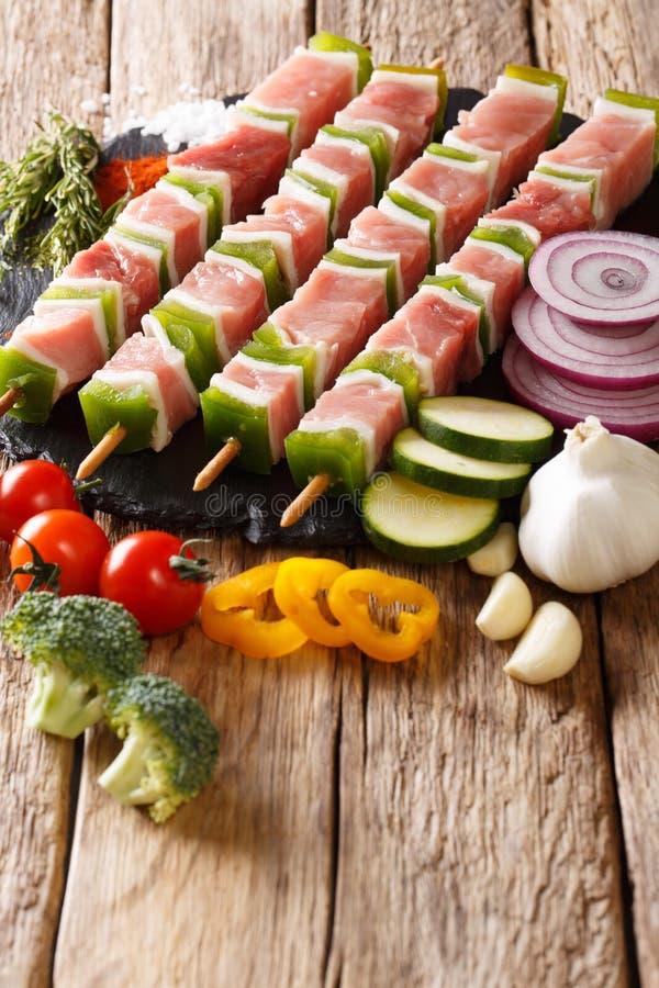 Kebab adobado crudo preparado del cerdo con pimienta en los pinchos c fotografía de archivo libre de regalías