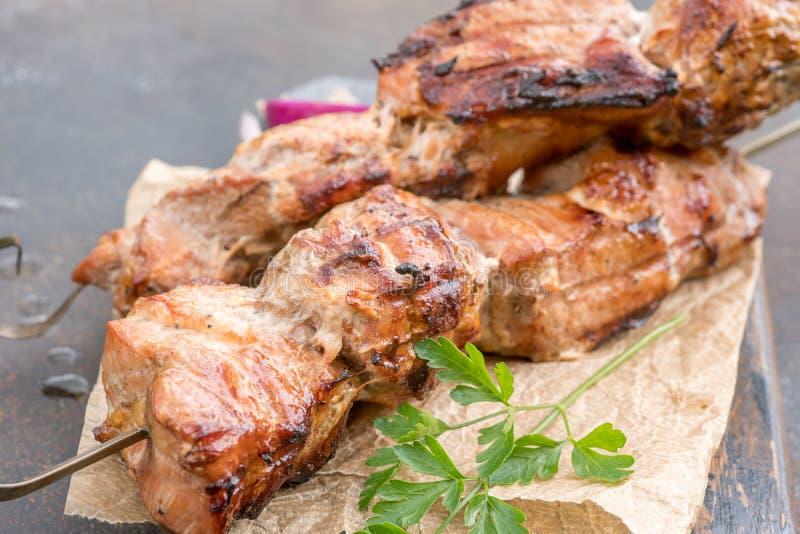 Kebab arrostito o shashlik sul primo piano degli spiedi immagine stock